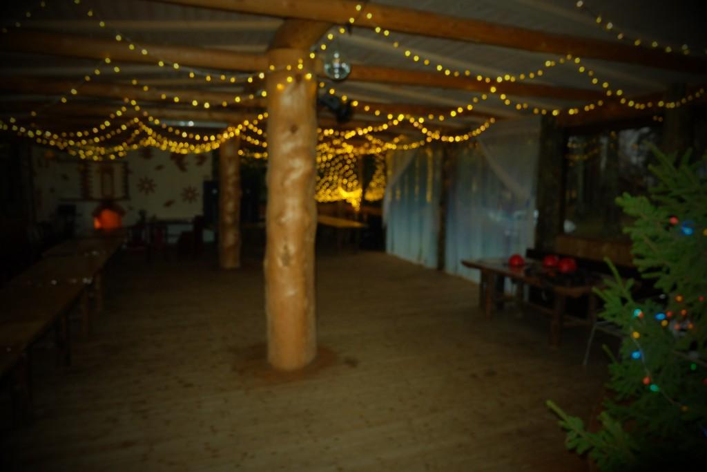 peamaja suvesaal talvel - ilusad jõulutulukesed, kuusk. jõulupidu firma talvepäevad, õpilasväljasõit - Kallaste Turismitalu - Elamustalu -ärksa hingega talu Padisel Harjumaal