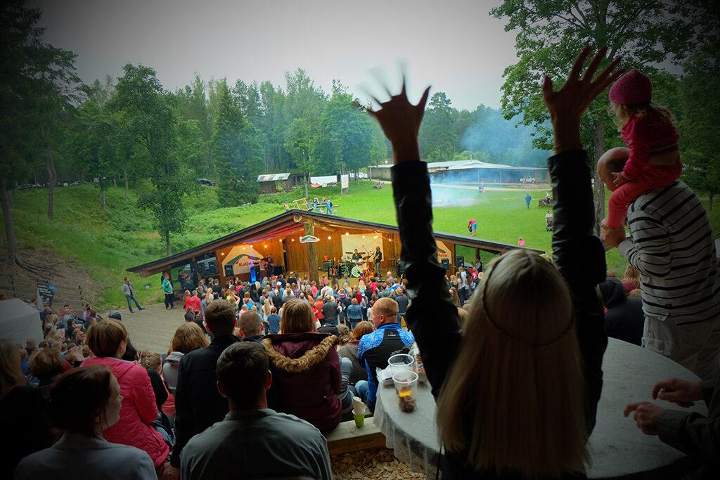 Kontserdipakett Kallaste Turismitalus - Kalju-lava suvekontsertide paradiis Padisel ja mõnusad pesad ööbimiseks metsas