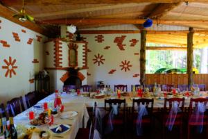 Pulmad - Kallaste Turismitalu peamaja suvesaal - rustic - fairy weddintg - kamin - talu saal
