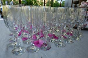 klaasid ja roosilehed - tervituslaud -pulmad www.kallastetalu.ee majutus Harjumaal vaid 45 km Tallinnast - majutus - toitlustus - seminarid