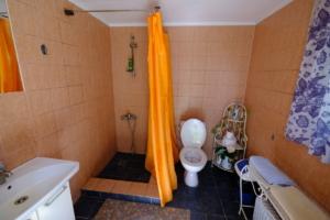 Hoovimaja WC ja dušš tareke ühine metsamaja majutus ülemine kompleks Kallaste Turismitalu Padisel ärksa hingega talu Harjumaal www.kallastetalu.ee