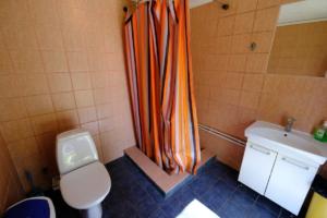 Hoovimaja WC ja dušš tareke ühine metsamaja majutus ülemine kompleks Kallaste Turismitalu Padisel ärksa hingega talu Harjumaal www.kallastetalu.ee 3