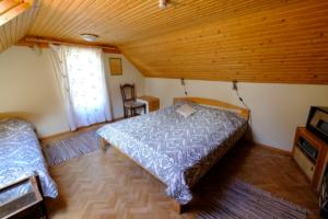 Hoovimaja tuba 4 majutus ülemine kompleks Kallaste Turismitalu Padisel ärksa hingega talu Harjumaal www.kallastetalu.ee  sisevaade