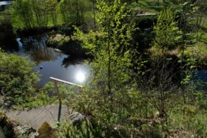 Sauna trepp Kloostri jõgi ujumiskoht ujumine päike peegeldus kevad Kallaste Turismitalu Padisel ärksa hingega talu Harjumaal www.kallastetalu.ee