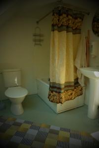 hoovimaja tualett ja dušš Kallaste Turimitalu www.kallastetalu.ee