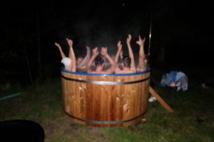 kuuma veega kümblustünn - saunamõnud - saun - inimesed - puhkus - kuum vesi - aastaringselt tore - Kallaste Turismitalu 1