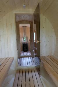 tünnisaun 1 ruum Holiday resort in Padise, Harjumaa - only 45 km from Tallinn www.kallastetalu.ee Kallaste Turismitalu OÜ - metsapuhkus kauni looduse keskel - accommodation, sauna, seminars